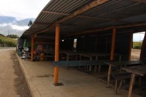 Los locales comerciales temporalmente fueron reubicados en las orillas de la entrada principal al santuario