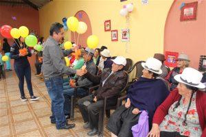 El Ing. Raúl Delgado, alcalde de Guachapala, entrego un presente a todos los padres homenajeados.