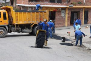 Personal Municipal trabaja en el bacheo en el bacheo de las calles