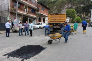 Francisco Luzuriaga, Alcalde de Guachapala, reviso y constato los trabajos de bacheo
