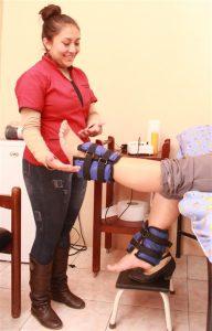 Lic. Vanessa Bermeo atiende en la Unidad de Rehabilitación y Fisioterapia