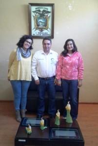 Raúl Delgado, Alcalde de Guachapala,  durante el encuentro con Lidia Alonso y Davinia de Ramón, técnicas municipales de la Comunidad Valenciana.